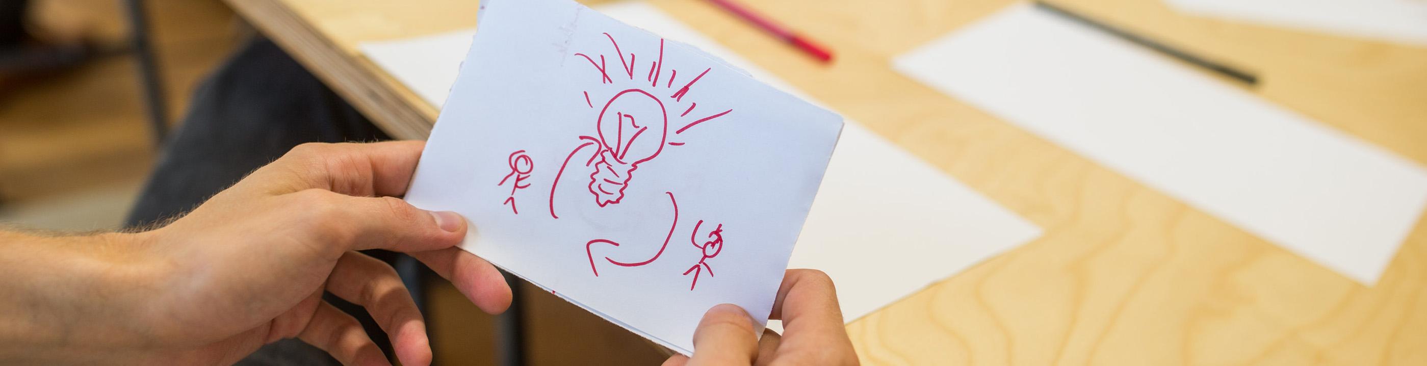 Glühbirne auf Papier als Symbol für Idee