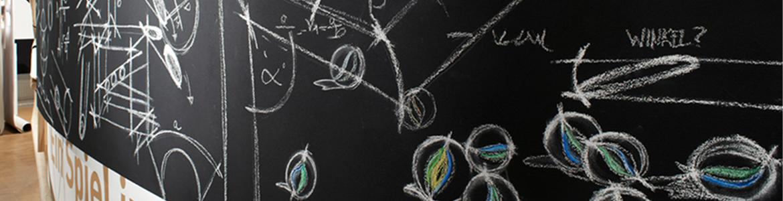 Tafel mit Skizzen eines Projekts, das im Team gelöst wurde.